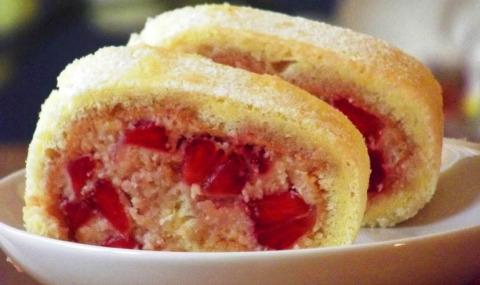 Бисквитный рулет с ягодами